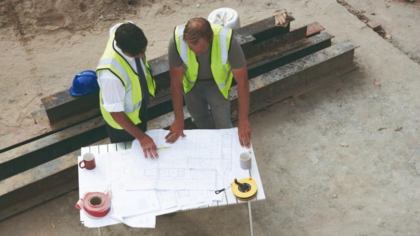 Trabajadores en fase de planificación de obra.